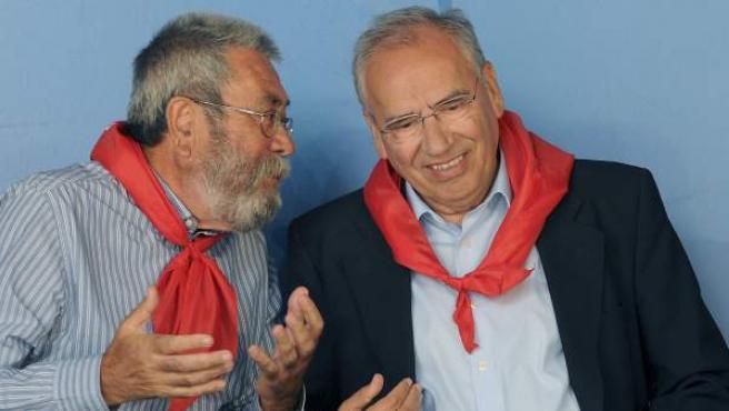 El secretario general de UGT, Cándido Méndez (izda), conversa con el exvicepresidente del Gobierno Alfonso Guerra durante la tradicional fiesta minera asturleonesa de Rodiezmo.