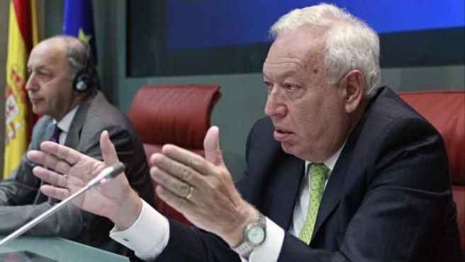 El ministro de Asuntos Exteriores, José Manuel García-Margallo (d), durante la rueda de prensa conjunta que ha ofrecido con su homólogo de Francia, Laurent Fabius.