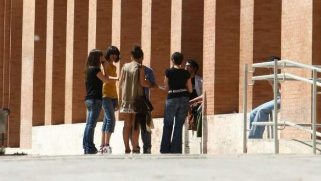 Alumnos a la entrada de la universidad.