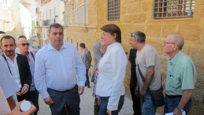 Cortés Atiende A Los Vecinos Antes De La Entrega De Llaves En Cádiz