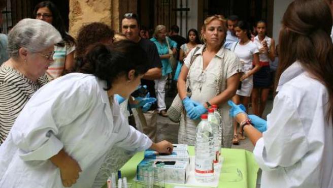Estudiantes de Bachillerato extraen ADN en el Rectorado de la US