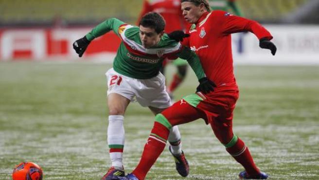 El jugador del Athletic Club Bilbao, Ander Herrera (izda), pelea por el control del balón con el jugador del Lokomotiv de Moscú, Dmitri Tarasov.