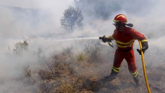 Un miembro de la Unidad Militar de Emergencias (UME) durante los trabajos de extinción del incendio de los alrededores de Alcublas y Liria.