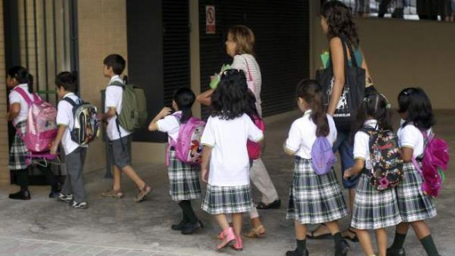 Entrada de los alumnos del colegio Màrius Torres de L'Hospitalet de Llobregat.