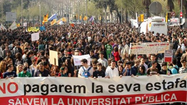 Miles de estudiantes protestan en Barcelona.