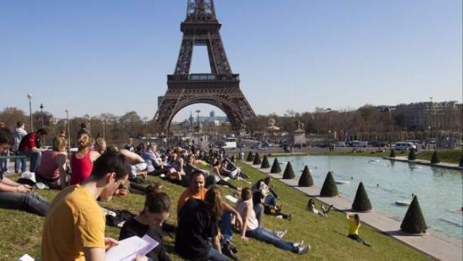 Parisinos en los jardines del Trocadero junto a la torre Eiffel en París.