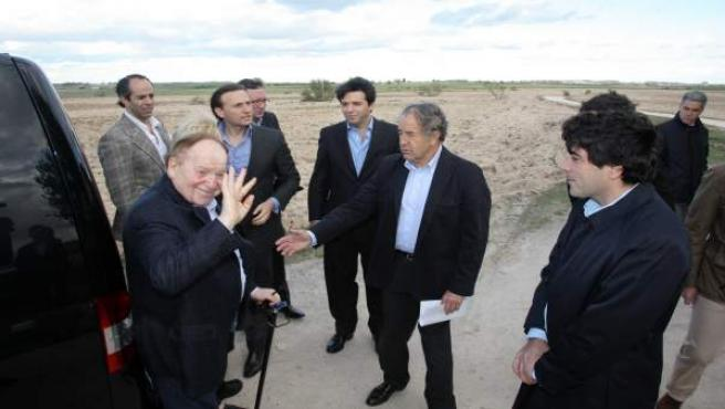 Adelson, durante una visita a los terrenos que Alcorcón ofrecía para Eurovegas.