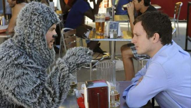 Imagen cedida por el canal Fox de 'Wilfred', la serie protagonizada por Elijah Wood.