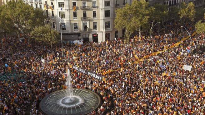 """Miles de catalanes participan en el centro de Barcelona en una manifestación independentista bajo el eslogan """"Cataluña, nuevo Estado de Europa."""