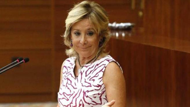 La presidenta de la Comunidad de Madrid, Esperanza Aguirre, se dirige al líder del PSM, Tomás Gómez (de espaldas), durante su intervenciónen la primera sesión del debate sobre el estado de la región.