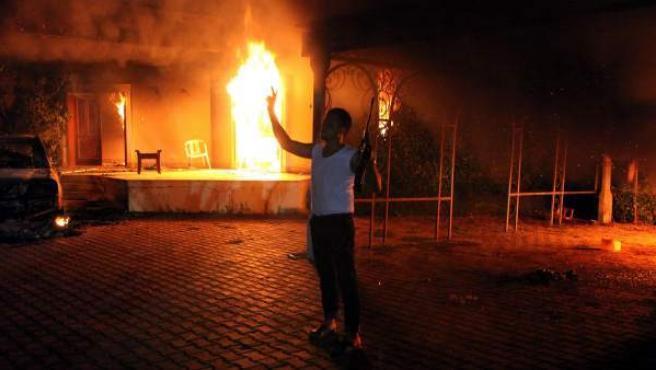 Fotografía de un hombre armado frente al consulado estadounidense en Bengasi (Libia) tras el ataque al edificio, en el que falleció el embajador de EE.UU. en Libia, Chris Stevens.