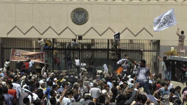 Manifestantes yemeníes saltan la valla e irrumpen en la Embajada de EEUU en Saná.