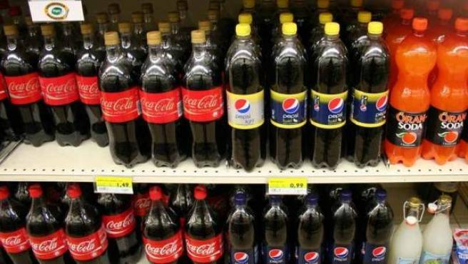 Bebidas refrescantes en los estantes de un supermercado.