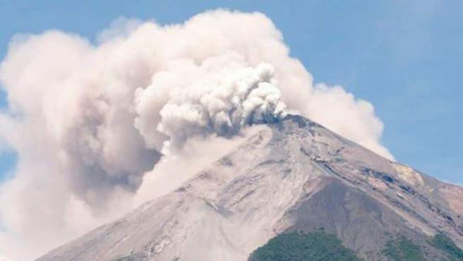 Fotografía cedida el jueves 13 de septiembre de 2012, por la Coordinadora Nacional para la Reducción de Desastres (CONRED), que muestra el volcán de Fuego, ubicado 50 kilómetros al suroeste de Ciudad de Guatemala, en erupción.