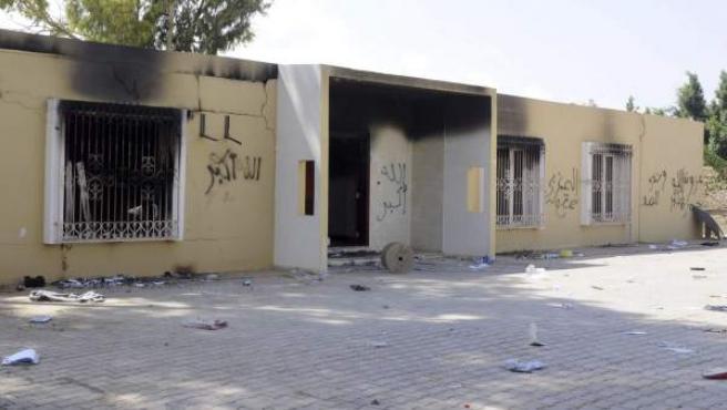 Vista de los restos carbonizados de un edificio del consulado estadounidense en Bengasi (Libia).