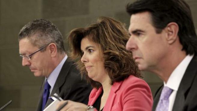 La vicepresidenta del Gobierno, Soraya Sáenz de Santamaría, junto a los ministros de Justicia, Alberto Ruiz-Gallardón, e Industria, Energía y Turismo, José Manuel Soria, tras un Consejo de Ministros.
