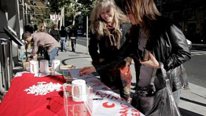 La diseñadora María Lafuente recoge fondos para Cruz Roja