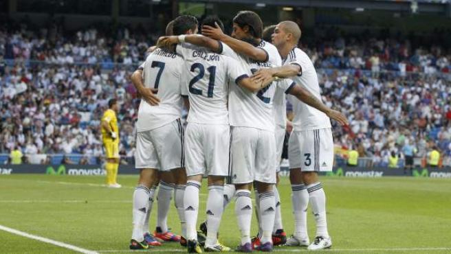 Los jugadores del Real Madrid hacen piña para celebrar un gol.
