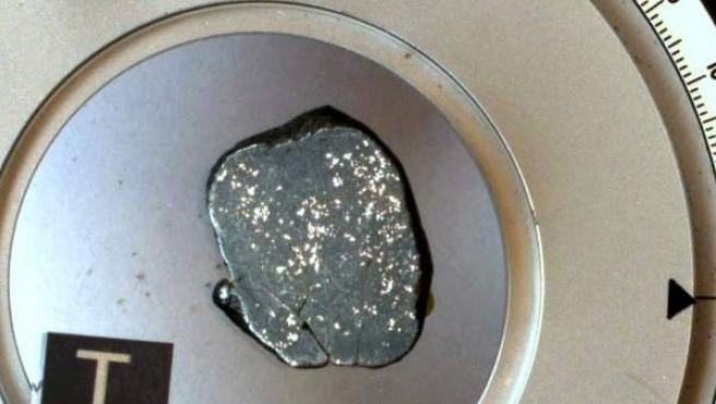 """Fragmento de un raro meteorito """"no alterado"""" por el oxígeno y el agua de la Tierra encontrado en la zona de Awsard, en el Sáhara Occidental."""