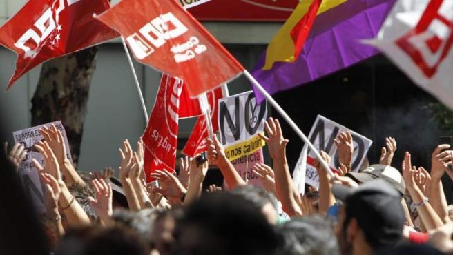 Miles de personas se manifiestan en Génova, frente a la sede del Partido Popular.