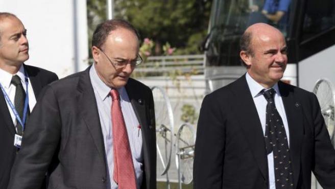 El ministro español de Economía, Luis de Guindos (dcha), y el gobernador del Banco de España, Luis María Linde, llegan a la reunión de los ministros de Economía de la UE (Ecofin) celebrada en Nicosia, Chipre.