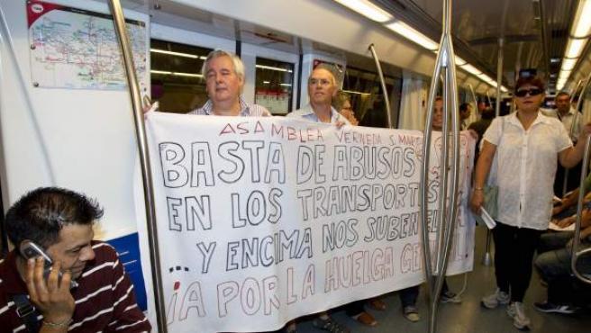 Miembros de la asamblea de parados y de la asocianes de vecinos han protestado en el metro de Barcelona por su precio y han revindicado la gratuidad para los parados en los transportes públicos.