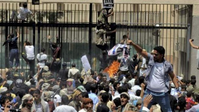 Manifestantes yemeníes saltan la valla e irrumpen en la Embajada de EE UU en Saná durante una protesta.