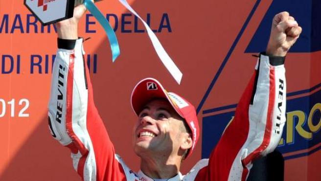 El piloto español de MotoGP, Álvaro Bautista, celebra su tercera posición en San Marino.