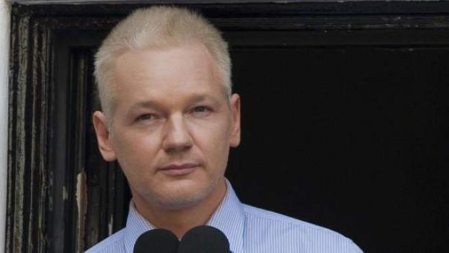 El fundador de Wikileaks, Julian Assange, en el balcón de la embajada ecuatoriana en Londres el pasado año.