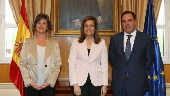 La Ministra De Empleo, Fátima Báñez, Junto Al Teniente Alcalde De San Juan.