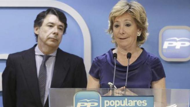 Esperanza Aguirre, junto al vicepresidente regional, Ignacio González, durante una rueda de prensa.
