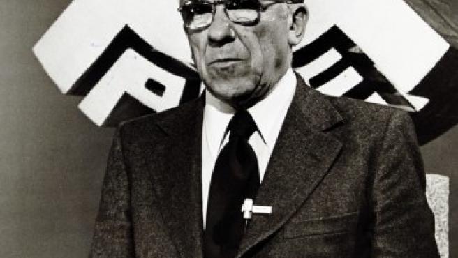 Imagen del ex líder comunista, Santiago Carrrillo, frente a un cartel del Partido Comunista Español. El relevante protagonista de la oposición del franquismo ha muerto a los 97 años de edad en Madrid, el 18 de septiembre de 2012.