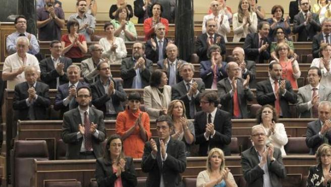 Los diputados aplauden en recuerdo Santiago Carrillo, histórico dirigente del PCE fallecido en Madrid a la edad de 97 años, durante el pleno del Congreso.