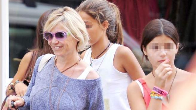 Eugenia Martínez de Irujo y su hija, Cayetana, pasean por Madrid en una foto de archivo.