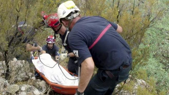 El cuerpo sin vida de Víctor Cabedo recogido por los bomberos en Castellón.