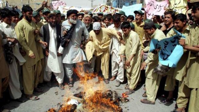 Una multitud protesta en contra del vídeo de Mahoma que ofende al Islam durante una manifestación en Chamán (Pakistán).