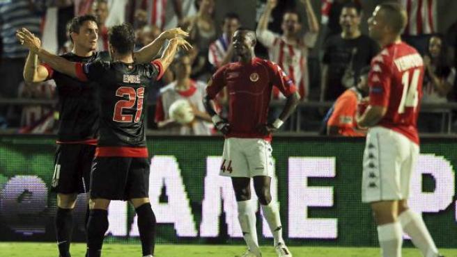Cebolla Rodríguez y Emre celebran uno de los goles del Atlético ante el Hapoel.