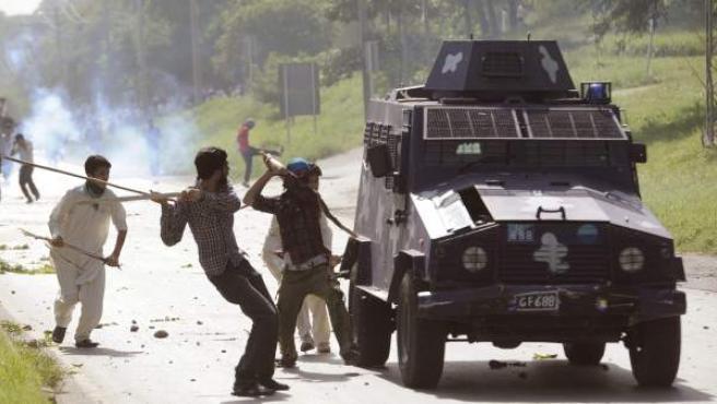 Varios manifestantes se enfrentan a la policía durante la protesta convocada en Islamabad.