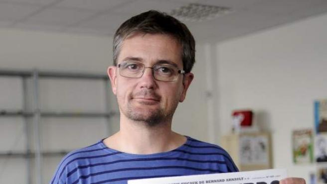 """El director de publicaciones del semanario satírico francés """"Charlie Hebdo"""", Charb, muestra la portada del número en el que publican una serie de caricaturas del profeta Mahoma."""