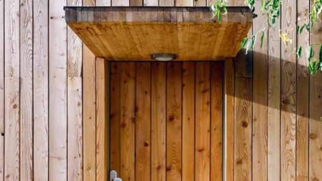 Diseño actual en una puerta y fachada en madera.