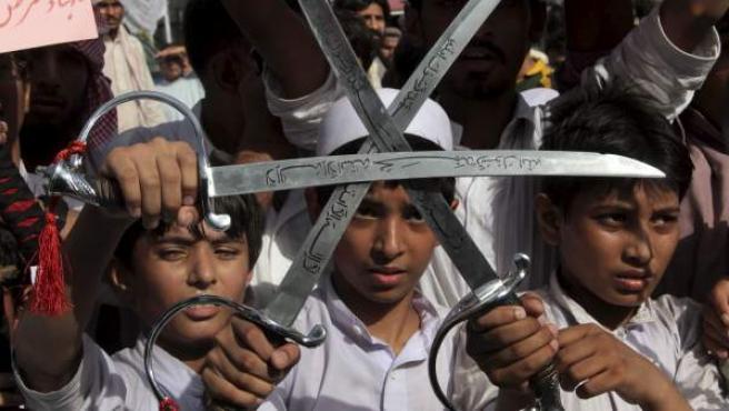 Varios estudiantes sostienen espadas durante una nueva protesta contra el vídeo que denigra la figura de Mahoma, en Lahore, Pakistán.