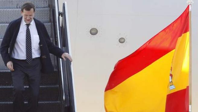 El presidente del Gobierno español, Mariano Rajoy, baja de su avión al llegar al aeropuerto de O'Hare, en Chicago.