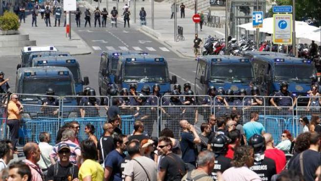 Varias filas de policías antidisturbios impiden el paso hacia el Congreso de los Diputados.