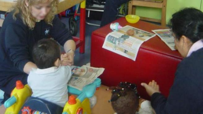 Niños con autismo/TGD juegan con terapeutas especializados.