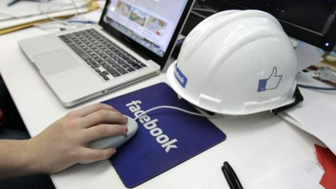 Logotipo de Facebook en una alfombrilla de ratón.