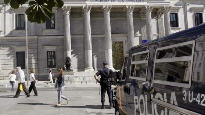 Un furgón de Policía Nacional vigila el Congreso de los Diputados.