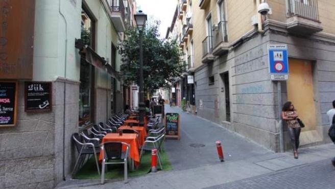 Una calle de Triball, vacía de clientes una tarde de entre semana, pero con los mismos problemas de drogas y prostitución.