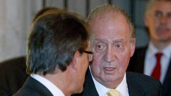 El rey Juan Carlos junto al presidente de la Generalitat, Artur Mas (i), antes de la entrega del IV Premio Internacional Conde de Barcelona.