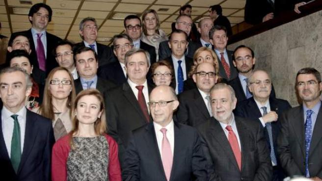 El ministro de Hacienda y Administraciones Pública posa con los consejeros de Hacienda de las comunidades autónomas.