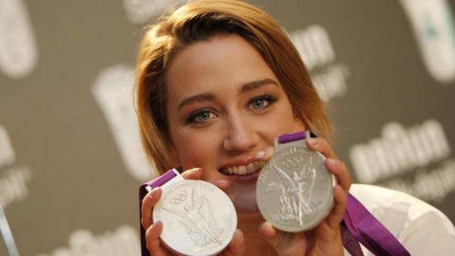 Mireia Belmonte posa con sus dos medallas de Londres.